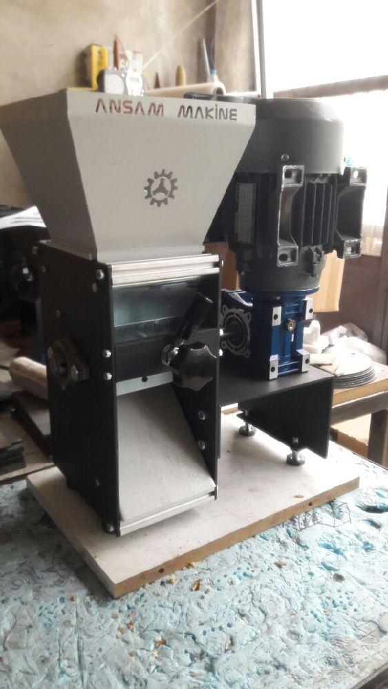 Kuru Yemiş Malzemeleri Irgat Makine Kırıcı Satılık Badem Kırma Makinesi