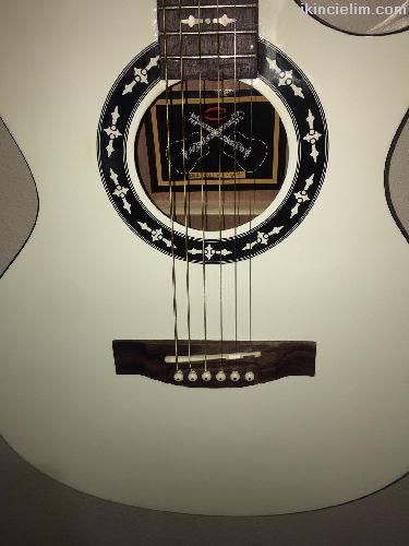 Sahne gitari tertemiz